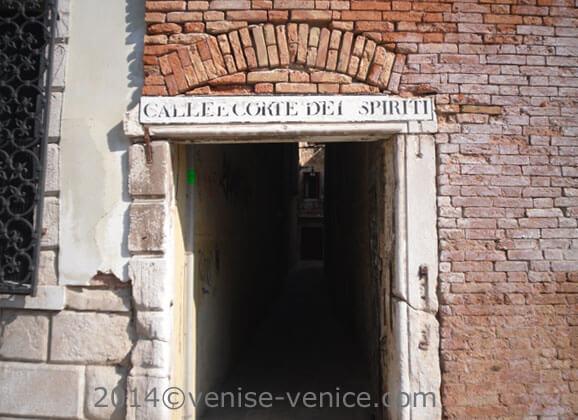 Un sottoportego dans le sestiere santa croce à venise