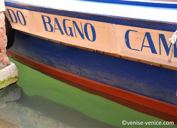 Zoom sur une barque a santa croce , venise , italie