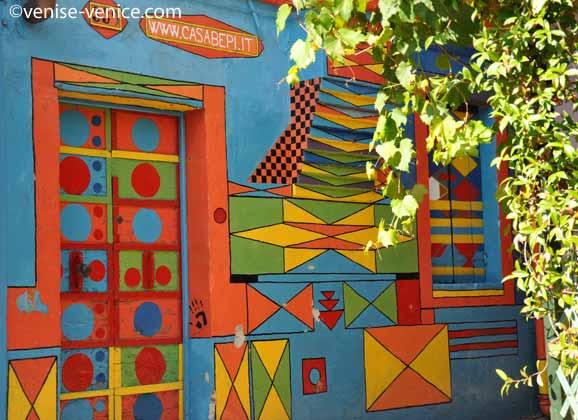 La casabepi est une maison très colorée sur l'île de Burano dans la lagune de Venise