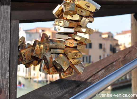 Les cadenas accrochés au pont de l'académia à Venise