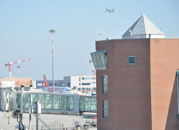 Un avion décolle de l'aéroport marco polo à venise