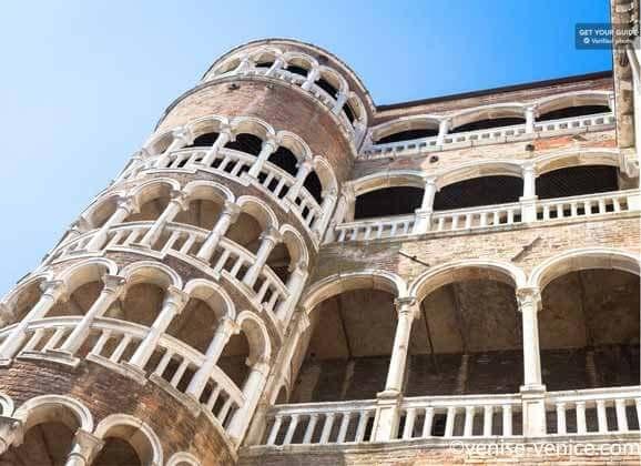 L'escarlier en escagot du palais contarini à Venise