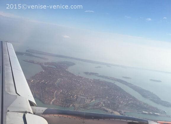 Vue de la ville de Venise depuis un avion qui a décollé de l'aéroport Marco Polo