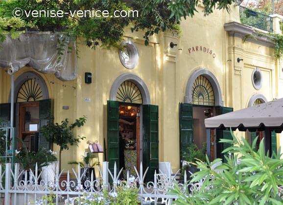 il paradiso , la façade du restaurant au milieu du giardini à Venise