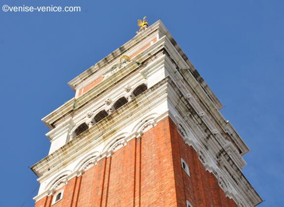Gros plan sur le campanile de la place saint marc