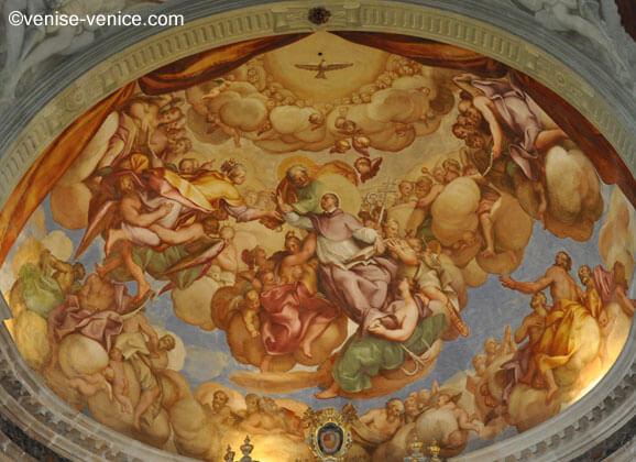 Gros plan sur les fresques ornant la coupole de la basilique san pietro di castello à Venise