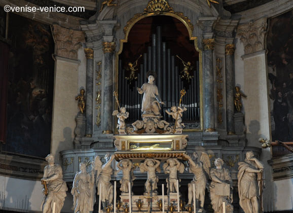 L'orgue et l'autel de la basilique san pietro di castello à Venise