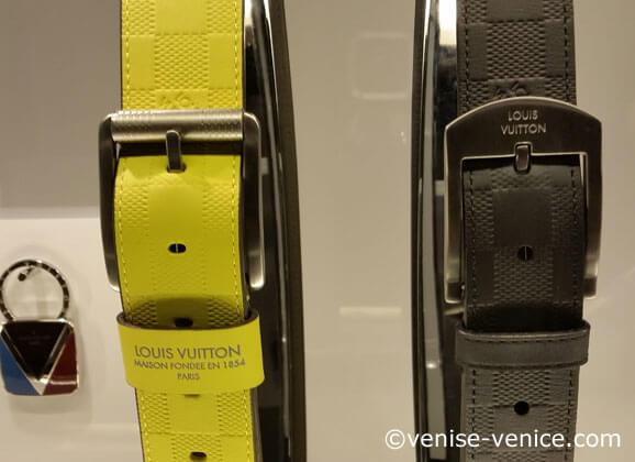 2 ceintures en gros plan dans la vitrine louis Vuitton à Venise