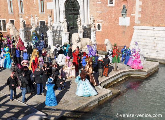 Costumes en fetes devant l'arsenale de venise