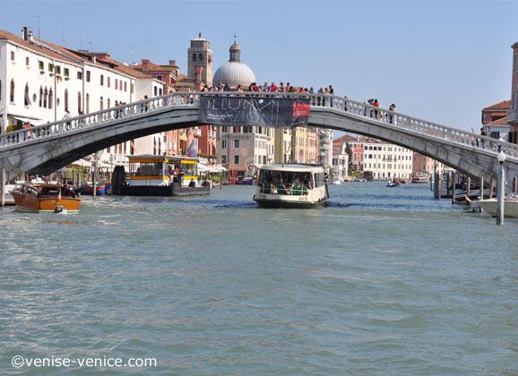 Vue maritime du pont des déchaussés situé devant la gare à Venise