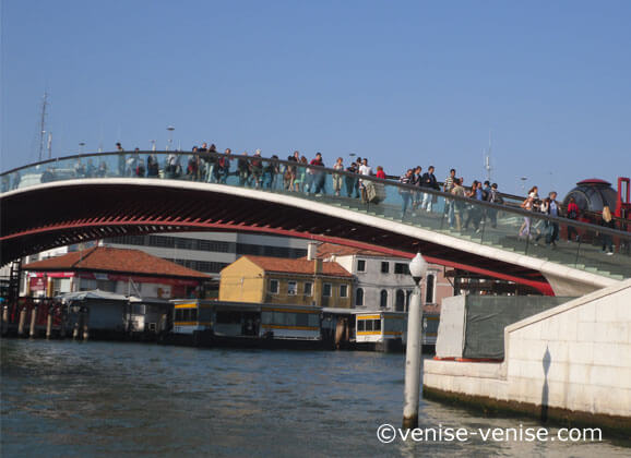 Vue sue le pont métallique de la constitution situé à coté de la piazzale Roma .
