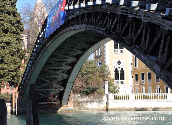 Vue de la charpente du pont de l'académia à venise