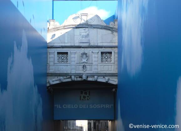 Le pont des soupirs est habillé de bleu pendant la réfection de 2011