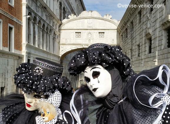 Masques et costumes devant le pont des soupirs pendant le carnaval