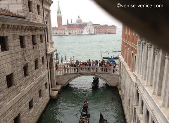 Vue sur san giorgio maggiore depuis le pont des soupirs