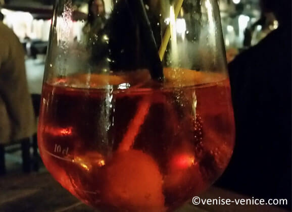 Un verre de spritz a Venise sur la via garibaldi