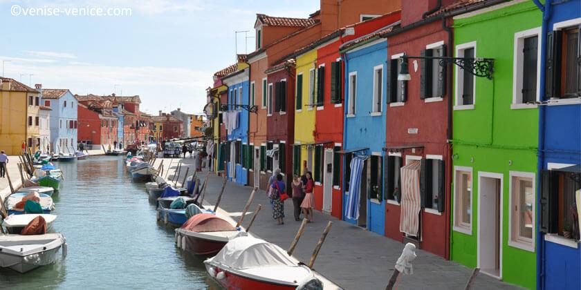 Les maisons sont mitoyennes , les couleurs sont vives et différentes selon les maisons