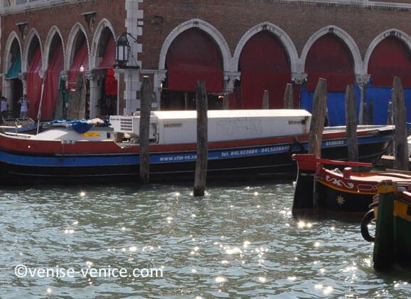 Bateau frigorifique devant le Rialto mercato à Venise