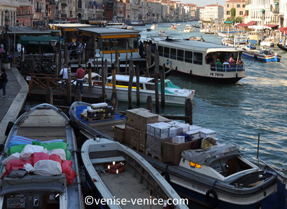 Un ballet de bateaux au Rialto à Venise