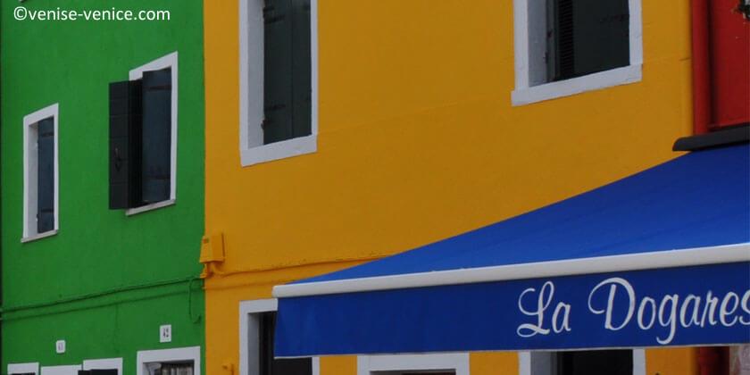 Gros plan sur les couleurs vives des maisons à Burano