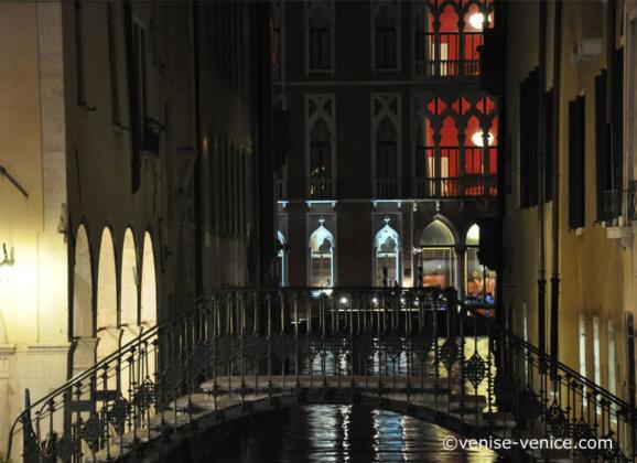 Palazzo illuminé sur le grand canal à Venise, Italie