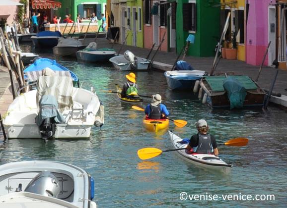 Les voyageurs ont choisi le kayak pour visiter Burano