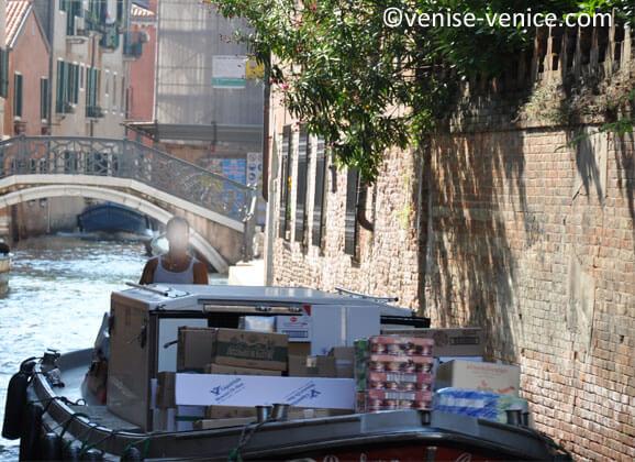 Bateau transportant de la nourriture sur les canaux de Venise