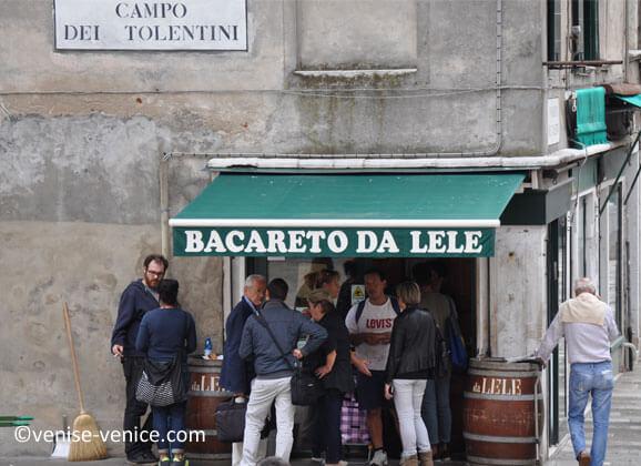 Des clients se restaurent dans un petit pub à Venise