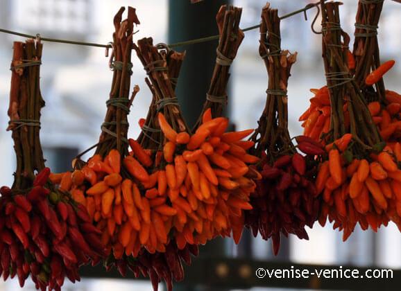Les bouquets de piments attendent leur acheteur au Rialto mercato
