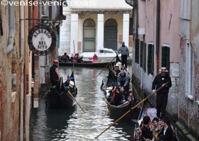 Quelques gondoles promenant des touristes sur un canal proche de la Fenice