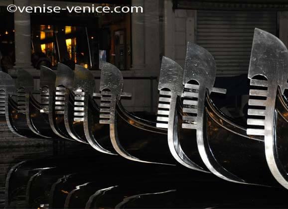Zoom sur l'avant des gondoles avec cette pièce de métal représentant les 6 quartiers de Venise
