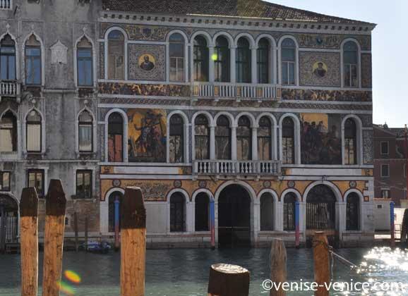 La façade d'un palazzo sur le grand canal orné de mosaïques de Murano