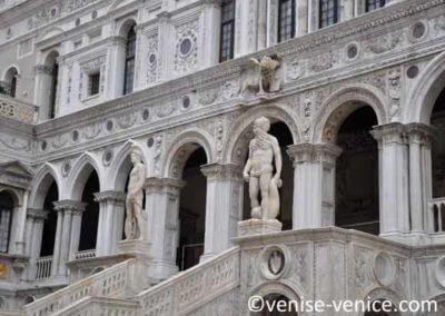 L'escalier de sortie du palais en gros plan