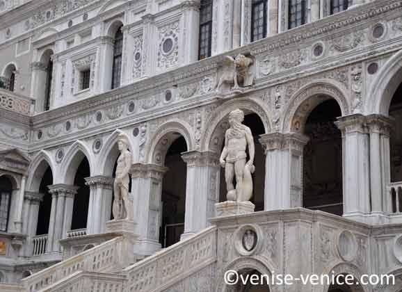 2 statues sont placées de chaque coté de l'escalier de sortie du palais des doges