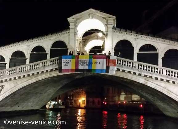 le pont du rialto la nuit pris depuis l'arrière du vaporetto de la ligne 1