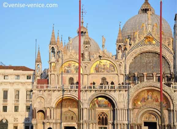 La façade de l'entrée principale de la basilique saint marc avec ses mosaïques