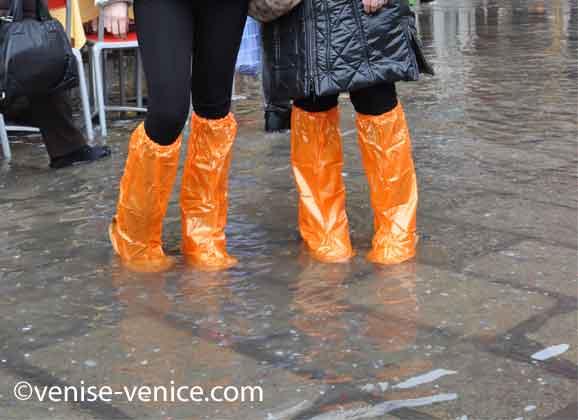 Équipées de bottes, 4 pieds dans l'eau pendant l'acqua alta à Venise