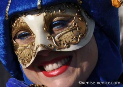 Un sourire éclatant en gros plan sous un joli masque de carnaval