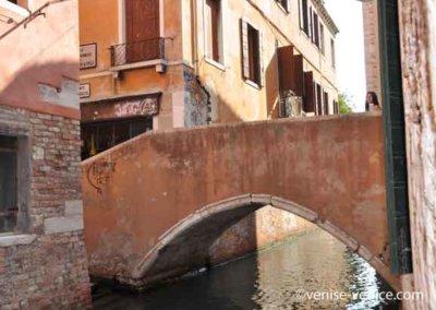 Un pont solide dans le quartier san polo à venise