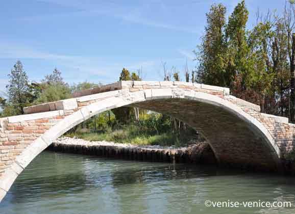 un pont sans garde corps à Venise