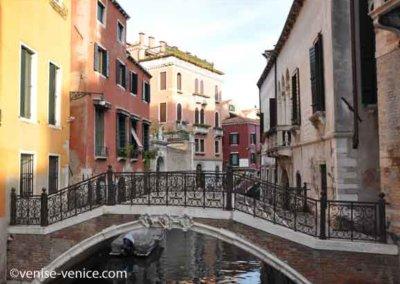 Superbe pont de brique et fer à Venise