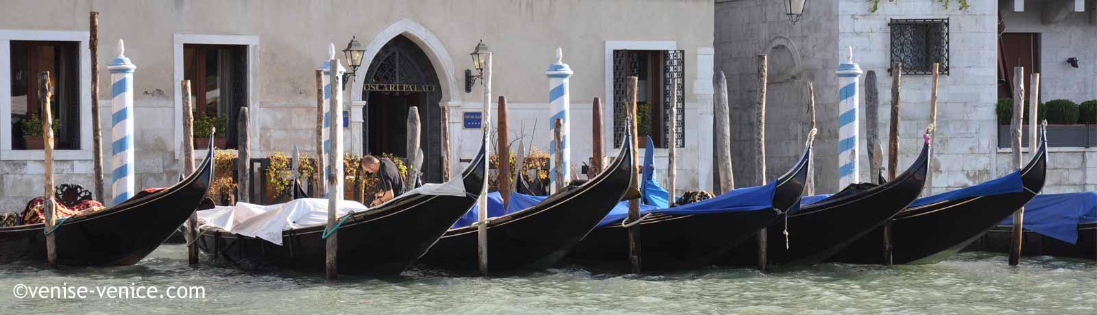 Des gondoles sont stationnées sur le grand canal à Venise
