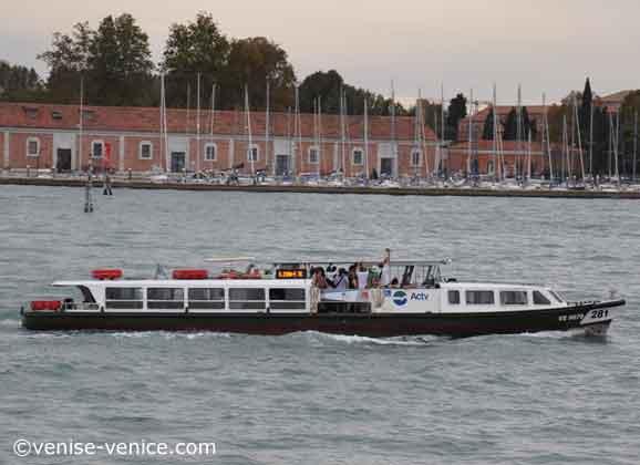 Un petit Vaporetto dans le canal de la Giudecca