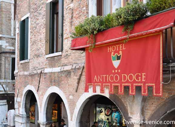 Gros plan sur l'oriflamme de l'hotel antico doge à Venise