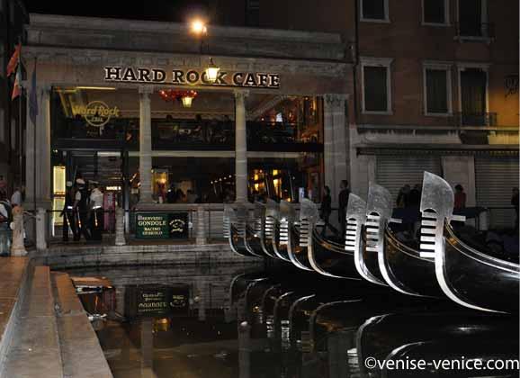 La façade du Hard Rock café à Venise dans la nuit