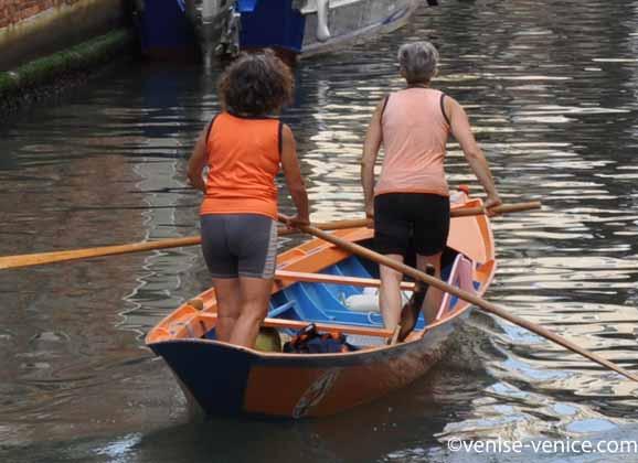 Entrainement d'un équipage de 2 femmes pour la Vogalonga