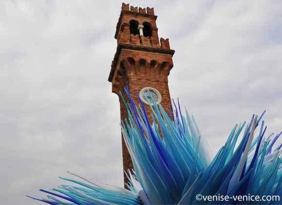 Une création immense en verre sur une place à Murano