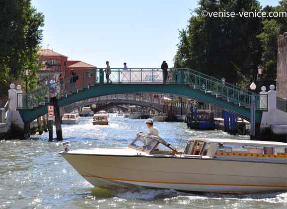 Un taxi sur le grand canal à Venise