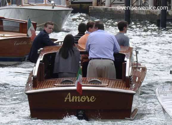 Vu de dos, le motorscafi Amore sur un canal du coté de la piazzale Roma