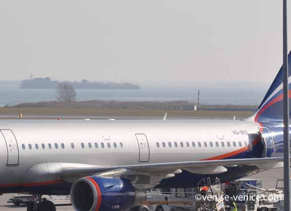 Un avion sur le tarmac de l'aéroport de Venise